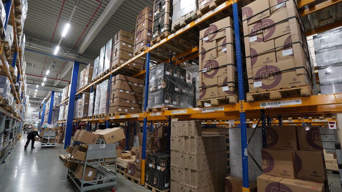 Mitarbeiter in einem Logistikzentrum.