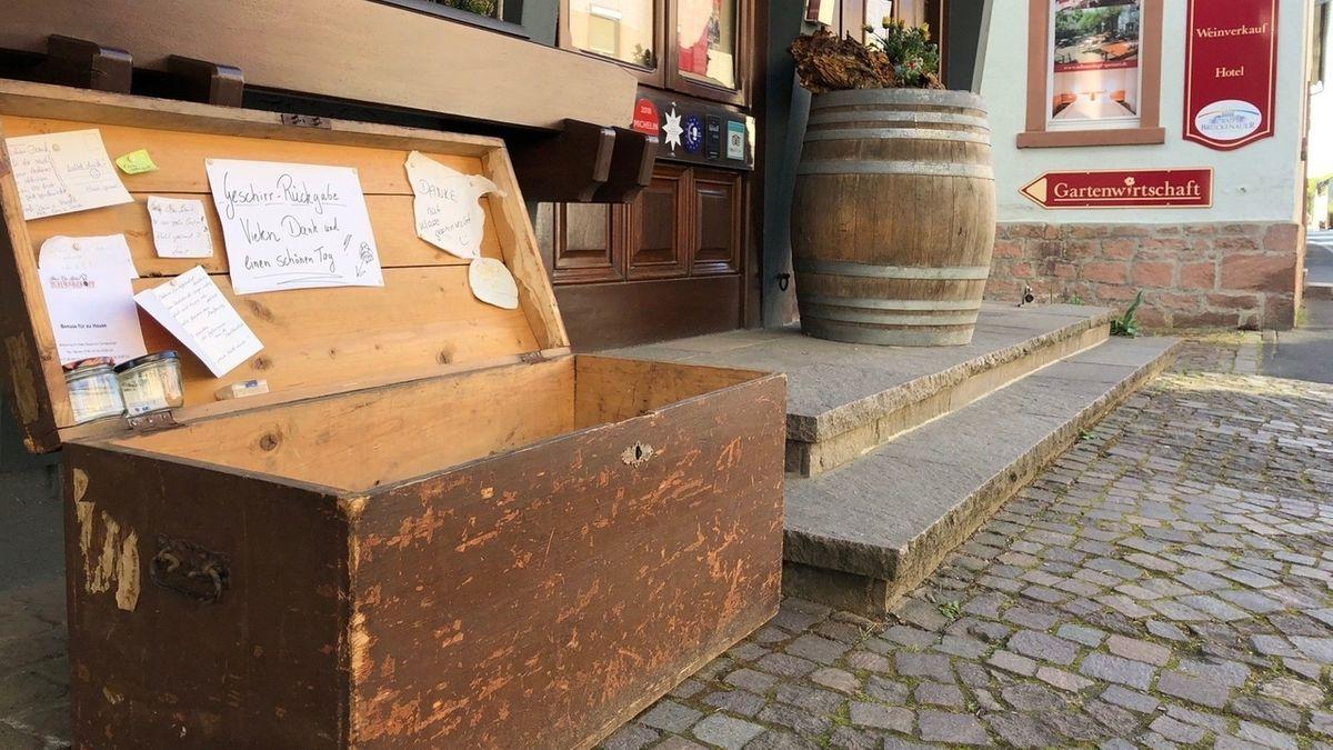 Truhe für gespendete Teller vor dem Restaurant Schwarzkopf in Frammersbach