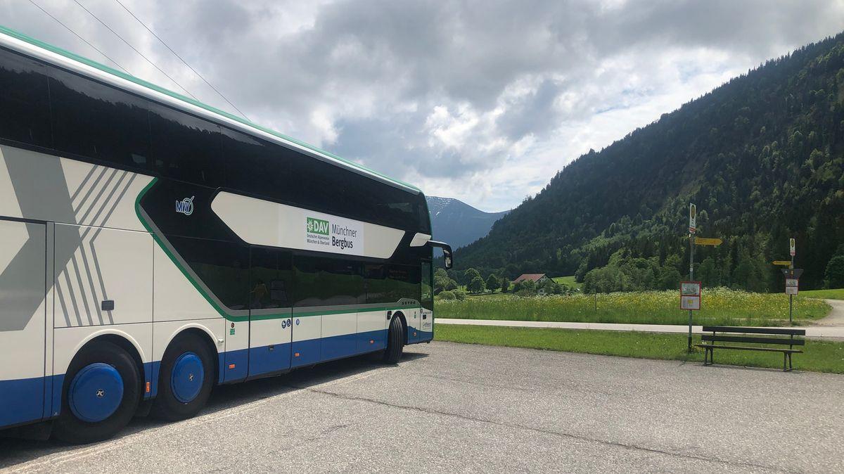 Der Münchner Bergbus in den Ammergauer Alpen.