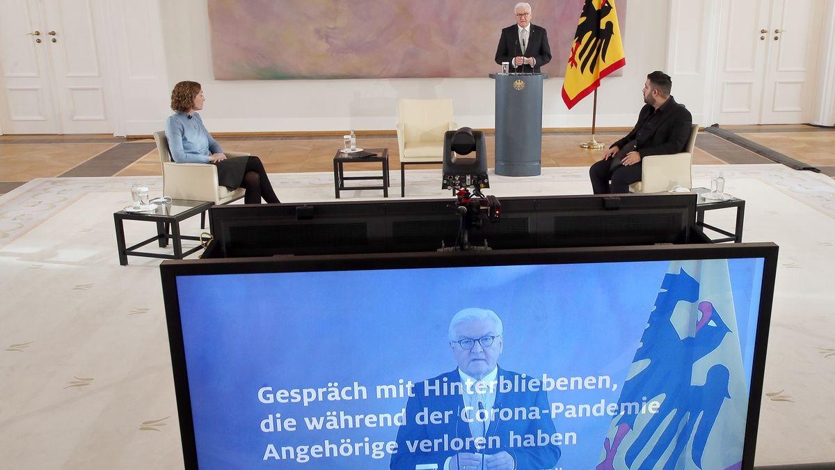 Bundespräsident Frank-Walter Steinmeier führt im Schloss Bellevue ein Gespräch mit Hinterbliebenen, die in der Corona-Pandemie Angehörige verloren haben