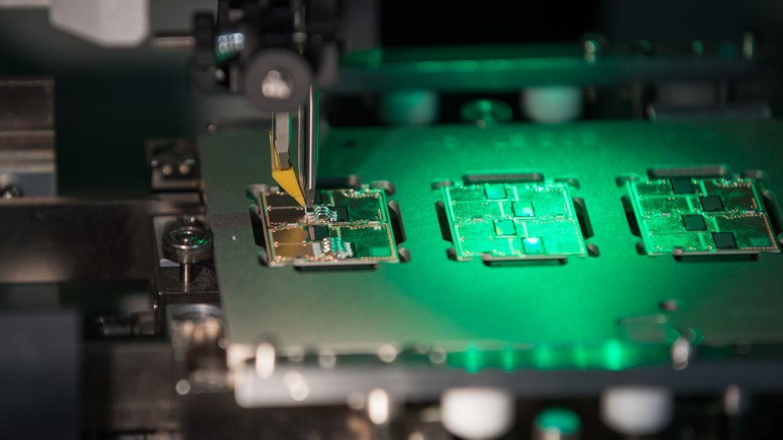 Blick in einen Verbindungsprozess zwischen Elektronikträger und Halbleiter aus der Produktion bei Continental.