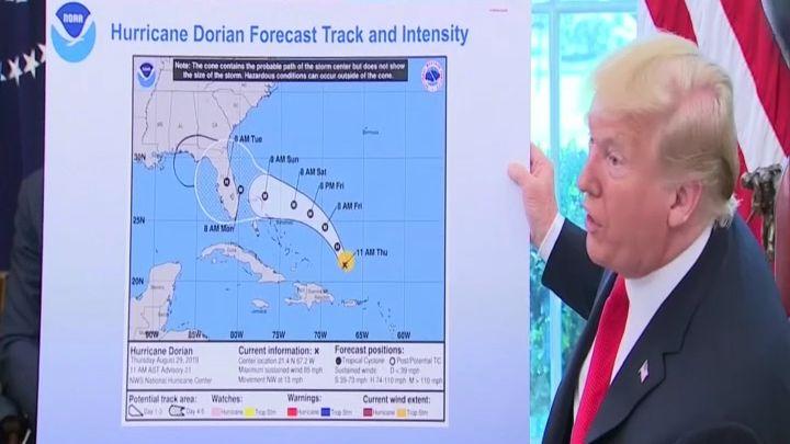 Trump beharrt aber auf seiner Version, mit einer offensichtlich geänderten Karte.