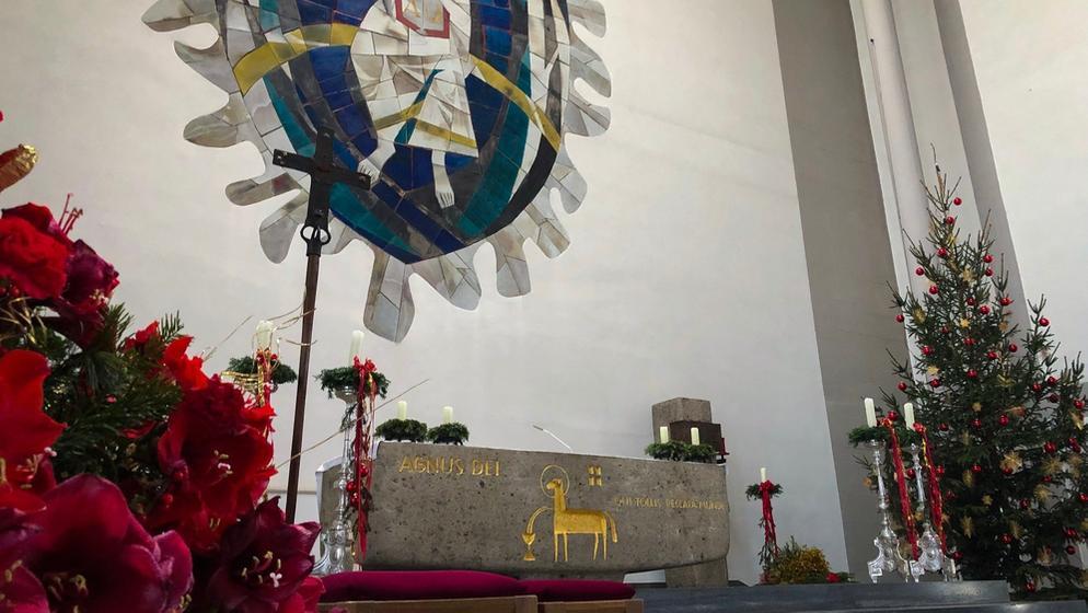 Mehrere 500-Euro-Scheine fand eine Mesnerin auf einem Altar. Insgesamt hinterließ der unbekannte Spender 160.000 Euro für Projekte in Afrika.     Bild:BR/Rudolph Heinz