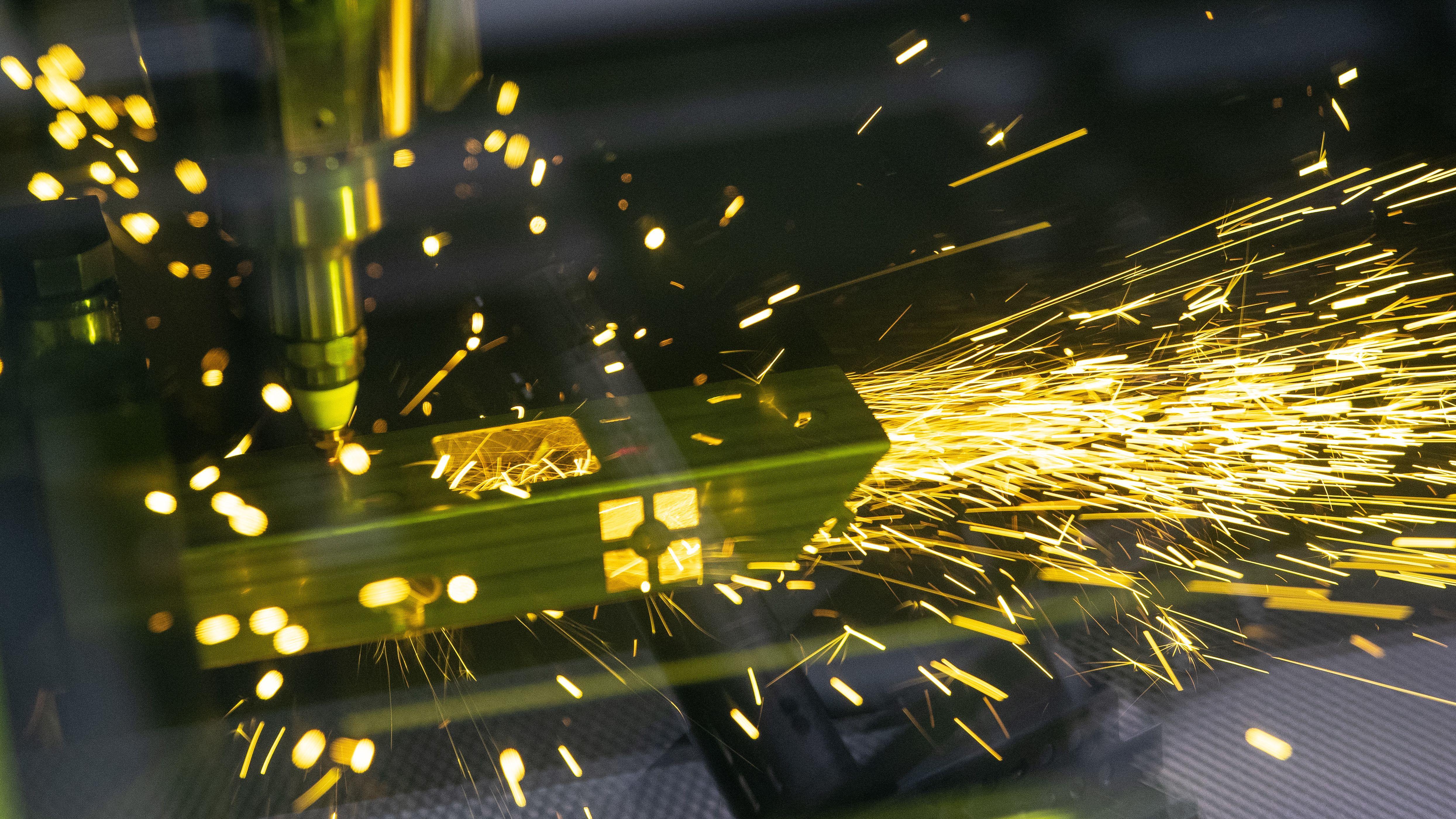 Der Laser eines TruLaser Tube 7000 schneidet ein Metallteil.