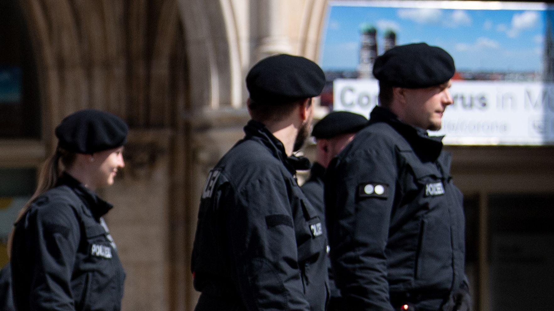Polizisten in München im April bei einer Kundgebung