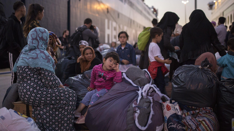 Hafen von Piräus: Griechische Behörden brachten ca. 300 Flüchtlinge und Migranten aus dem überfüllten Moria in Lager auf dem Festland (1.10.19.)