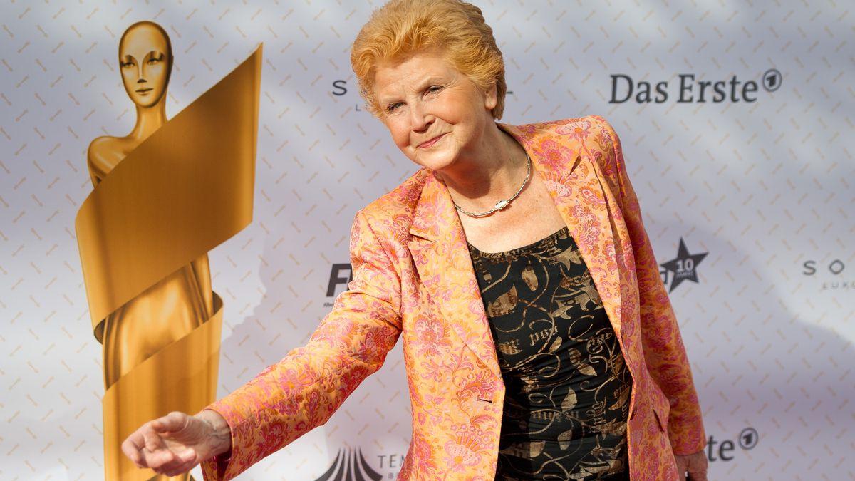 Irm Herrmann nimmt 2014 den Deutschen Filmpreis entgegen.