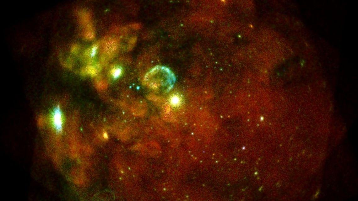 Dieses Bild zeigt unsere Nachbargalaxie, die Große Magellansche Wolke, beobachtet in mehreren Einzelaufnahmen mit allen sieben eROSITA-Teleskopmodulen am 18. und 19. Oktober 2019.