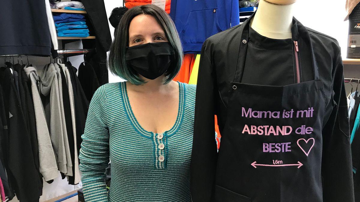 """Unternehmerin Franziska Spanl aus Amberg hat neue Schürzen entwickelt. Darauf ist zu lesen: """"Mama ist mit ABSTAND die BESTE"""""""