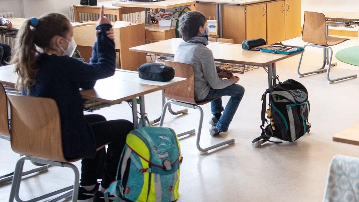 Schüler einer 4. Klasse mit Maske im Klassenzimmer. Die Aufnahme entstand am 10.03.2021 anlässlich des Besuchs von Kultusminister Piazolo an der entsprechenden Grundschule.