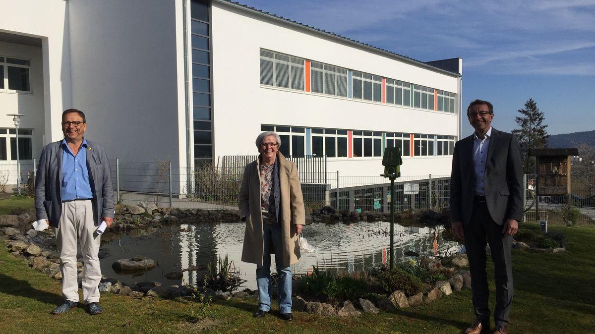 Bürgermeister Franz Wittmann, die Regener Landrätin Rita Röhrl und Thomas Oppelt, Geschäftsführer der Bayernwerk Regio Energie GmbH,