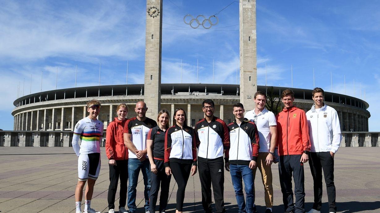Sportler vor dem Berliner Olympiastadion