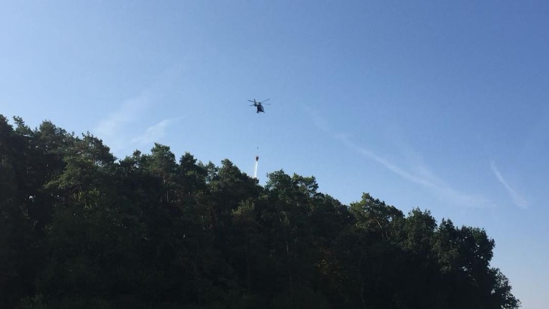 Löschhubschrauber im Einsatz während dem Waldbrand bei Steinfeld