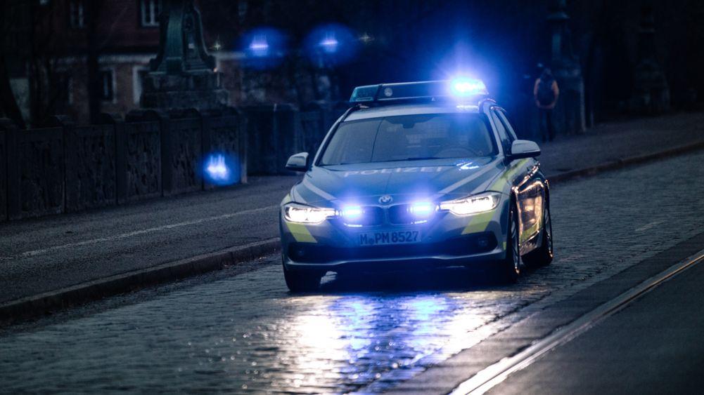 Polizeiwagen bei Nacht (Symbolbild)