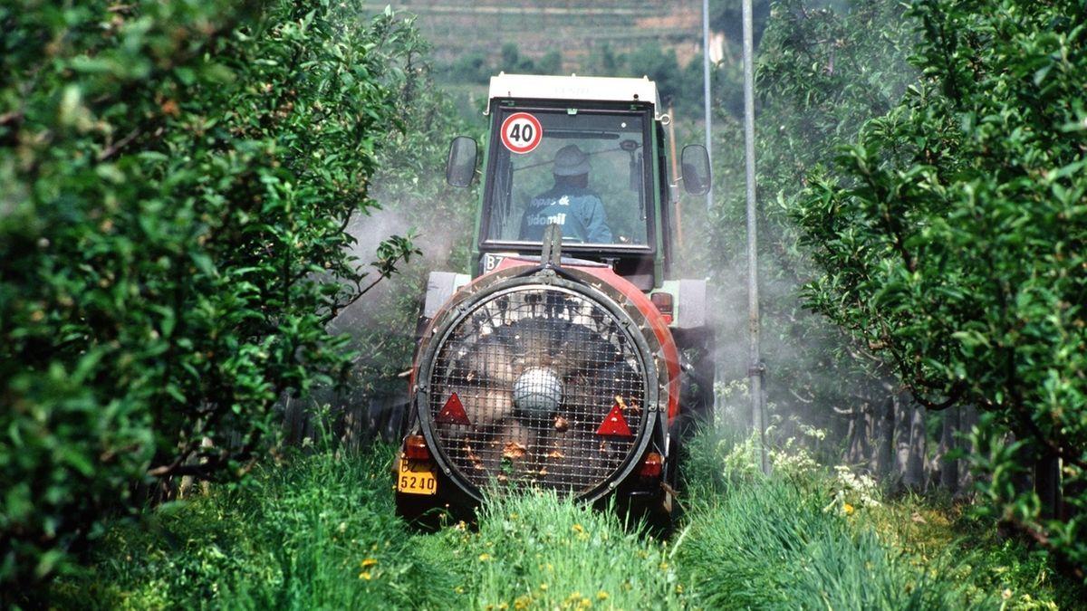 Apfelbauer beim Spritzen im Vinschgau.