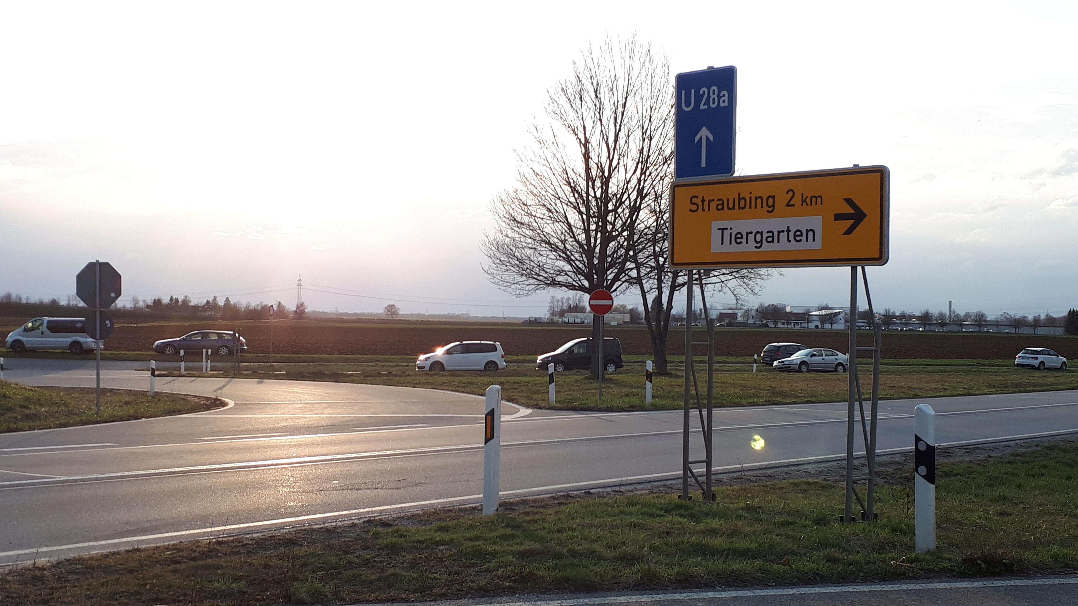 Die Besucher parken gefährlich an der B8, weil es zu wenig Parkplätze beim Tierpark gibt.
