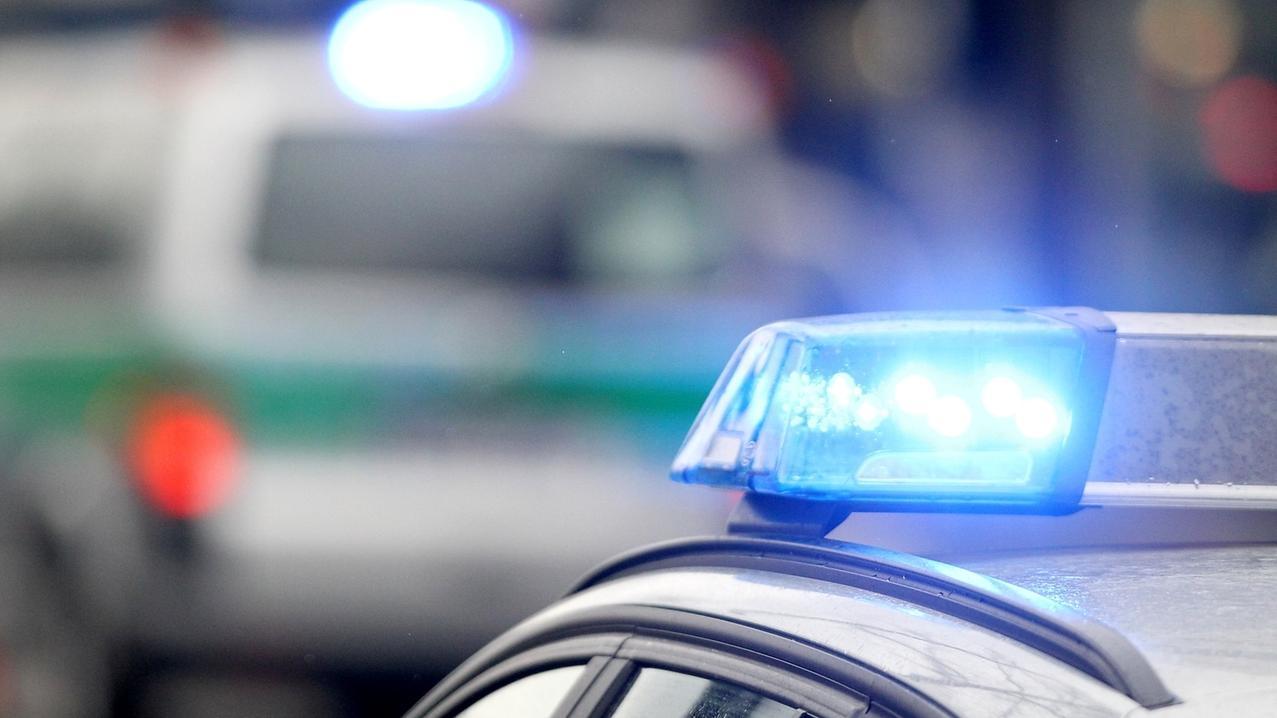 Symbolbild: Blaulichter von Polizeifahrzeugen.