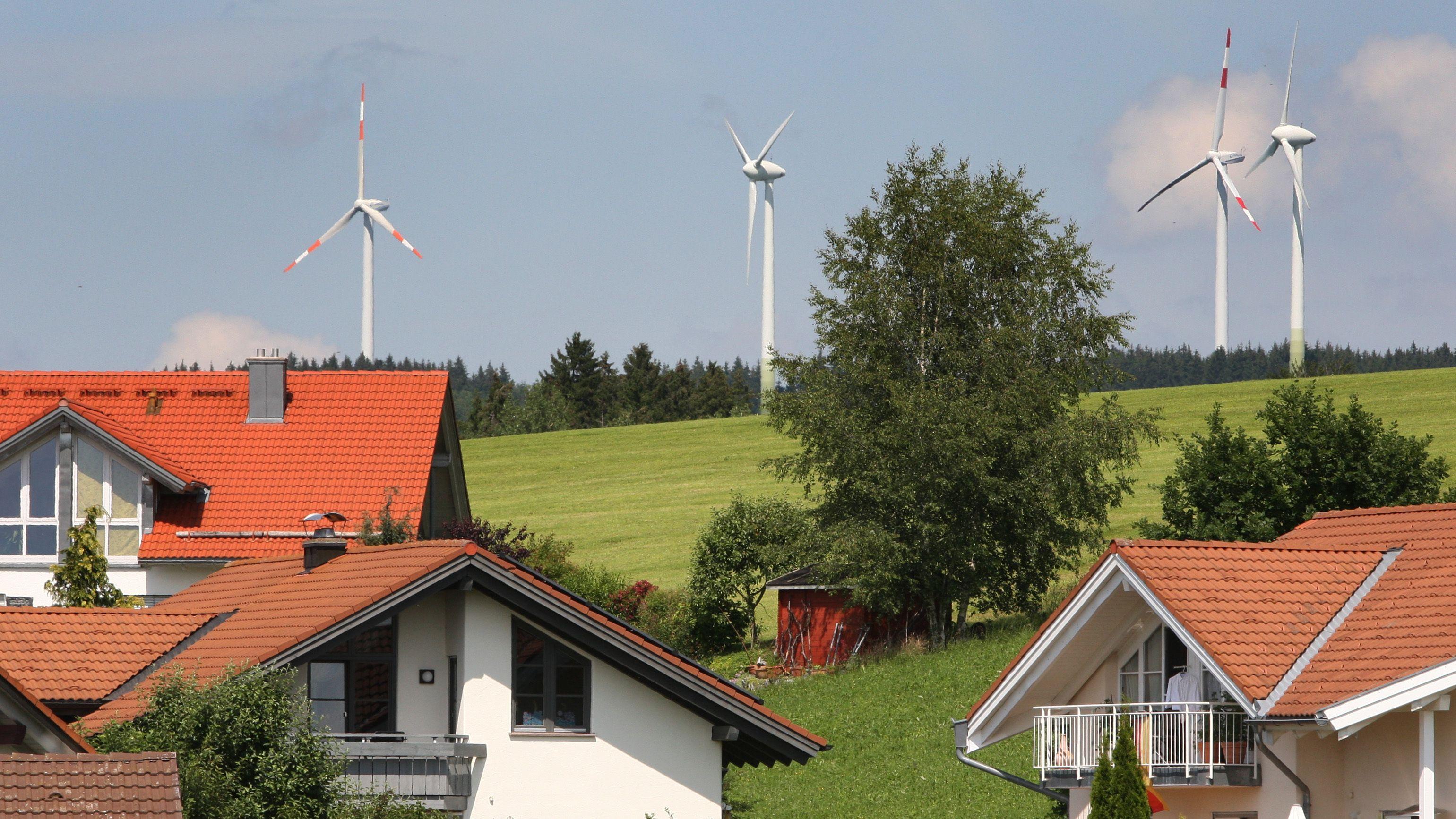 Windräder am Rand von Wilpoldsried im Allgäu