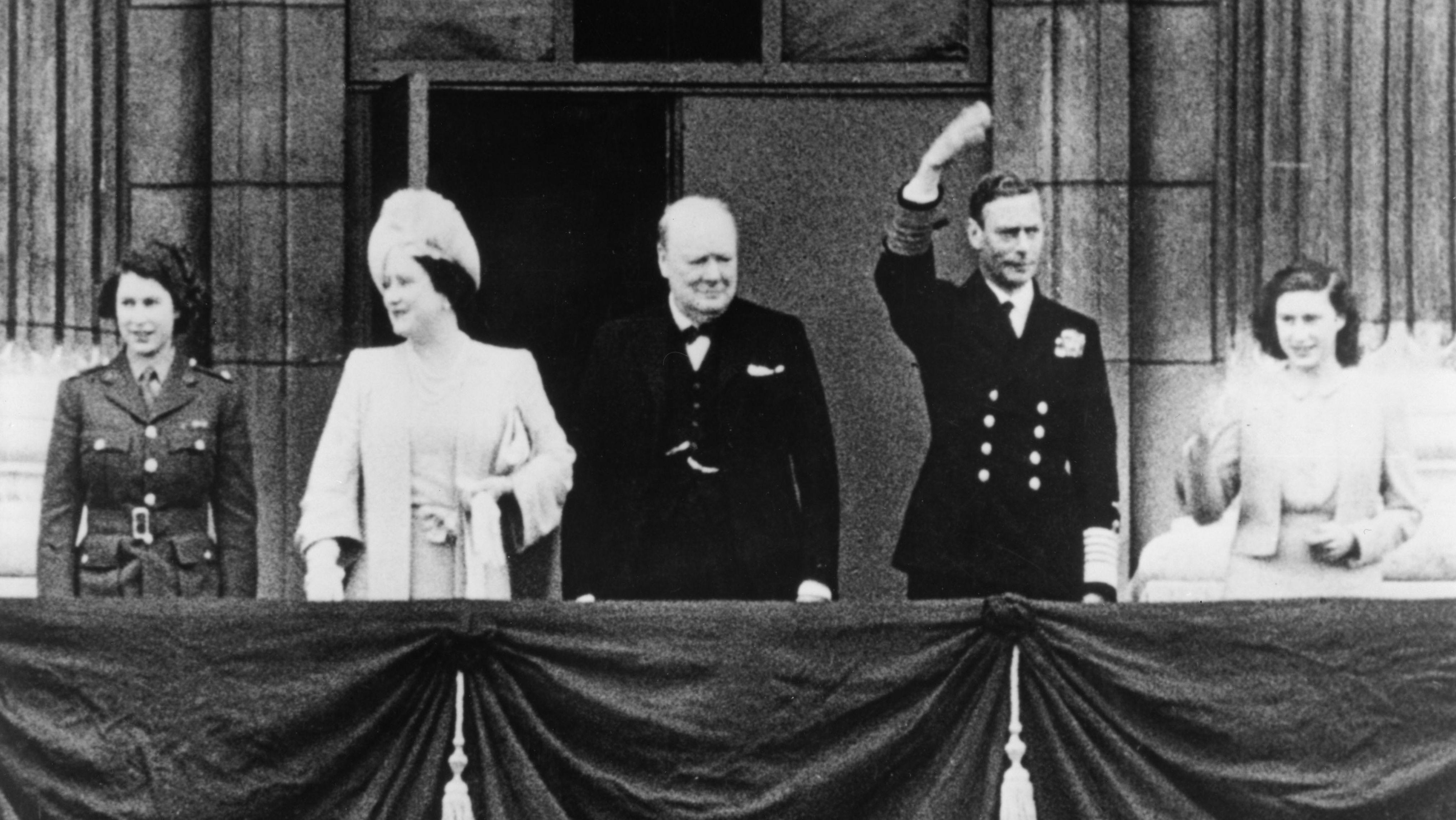 Premierminister Churchill mit der königlichen Familie auf dem Balkon des Buckingham Palace in London während der Siegesfeiern im Mai 1945