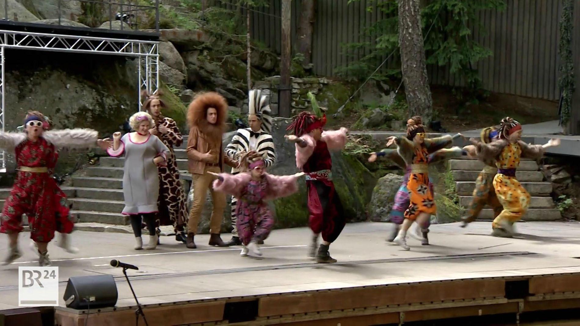 Schauspieler auf der Bühne der Luisenburg-Festspiele
