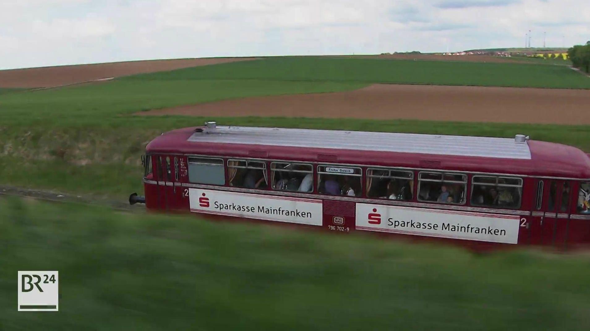 Mainschleifenbahn fährt durch Landschaft