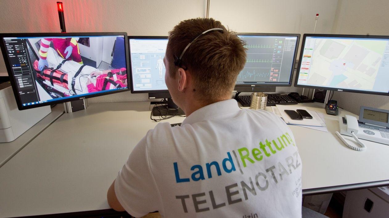 Ein Telenotarzt sitzt in der Integrierten Rettungsleitstelle vor mehreren Bildschirmen