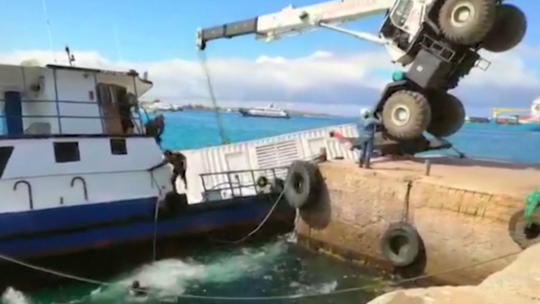 Im Hafen einer Galápagos-Insel ist bei einem Unfall ein Schiff gesunken. Schutzbarrieren sollen das Weltnaturerbe vor Schaden bewahren.