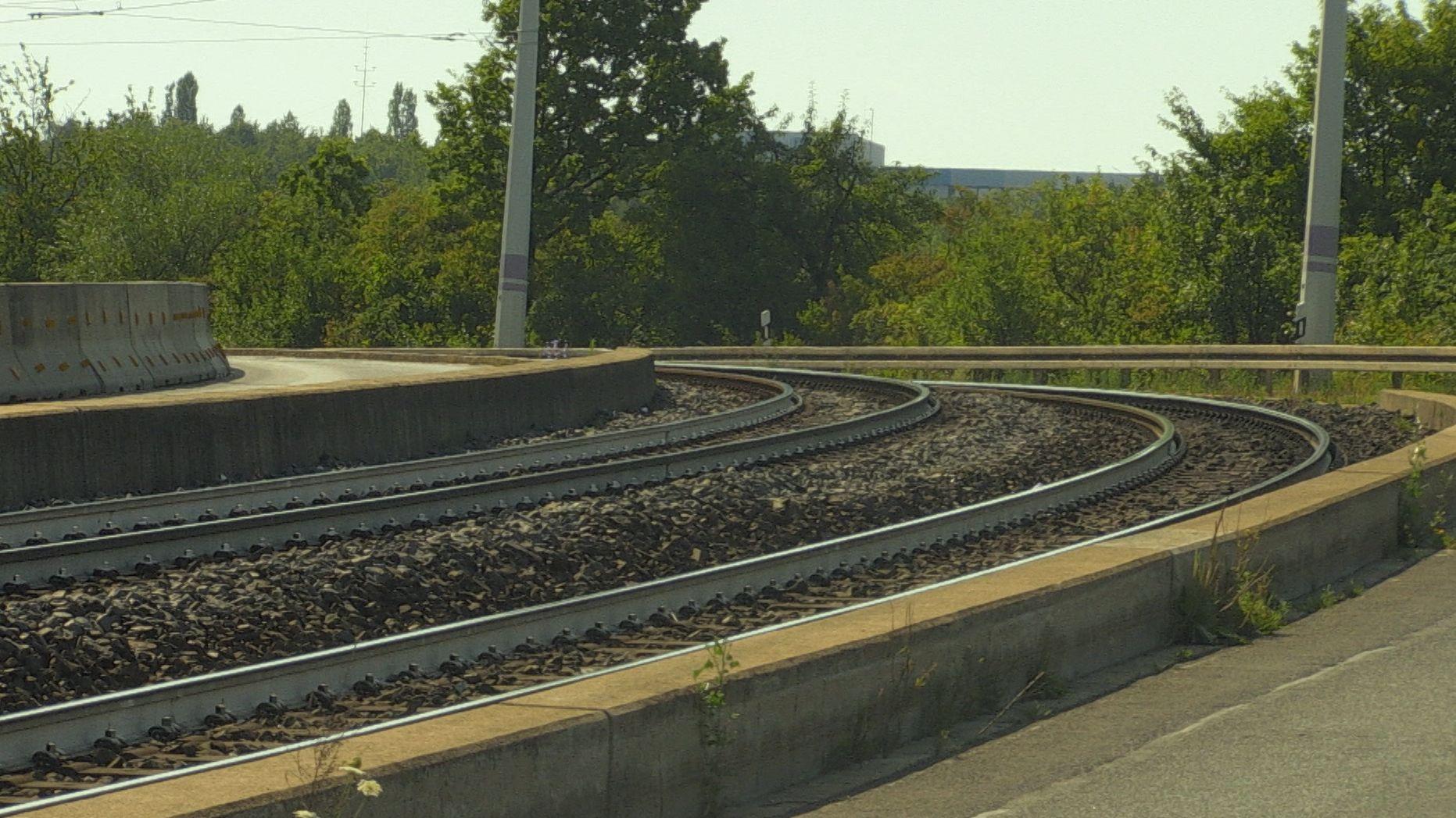 Weiß angestrichene Straßenbahnschienen in Würzburg