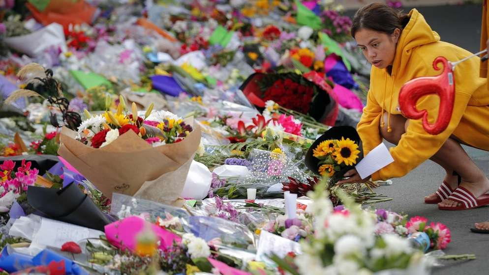 Trauernde legen Blumen in der Nähe der Linwood-Moschee, einem der Anschlagsorte, nieder. | Bild:dpa-Bildfunk/Vincent Thian