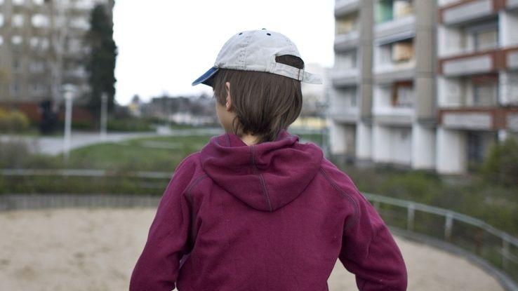 Arme Kinder - Kind vor leerem Spielplatz
