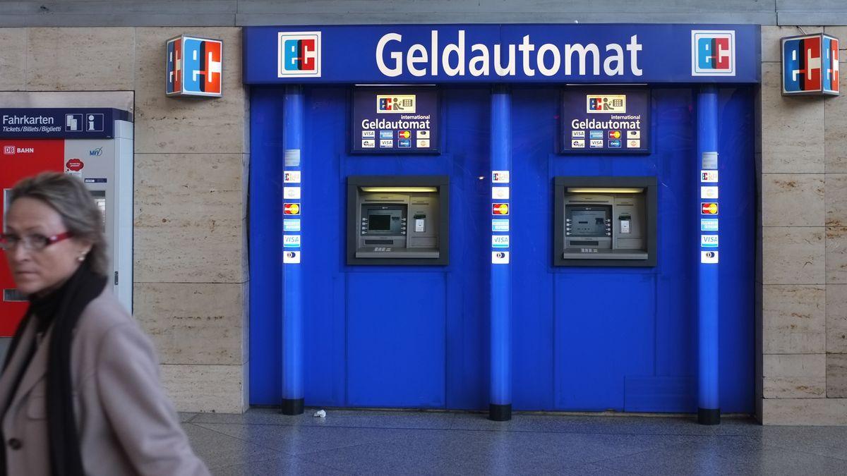 Geldautomaten an einem Bahnhof