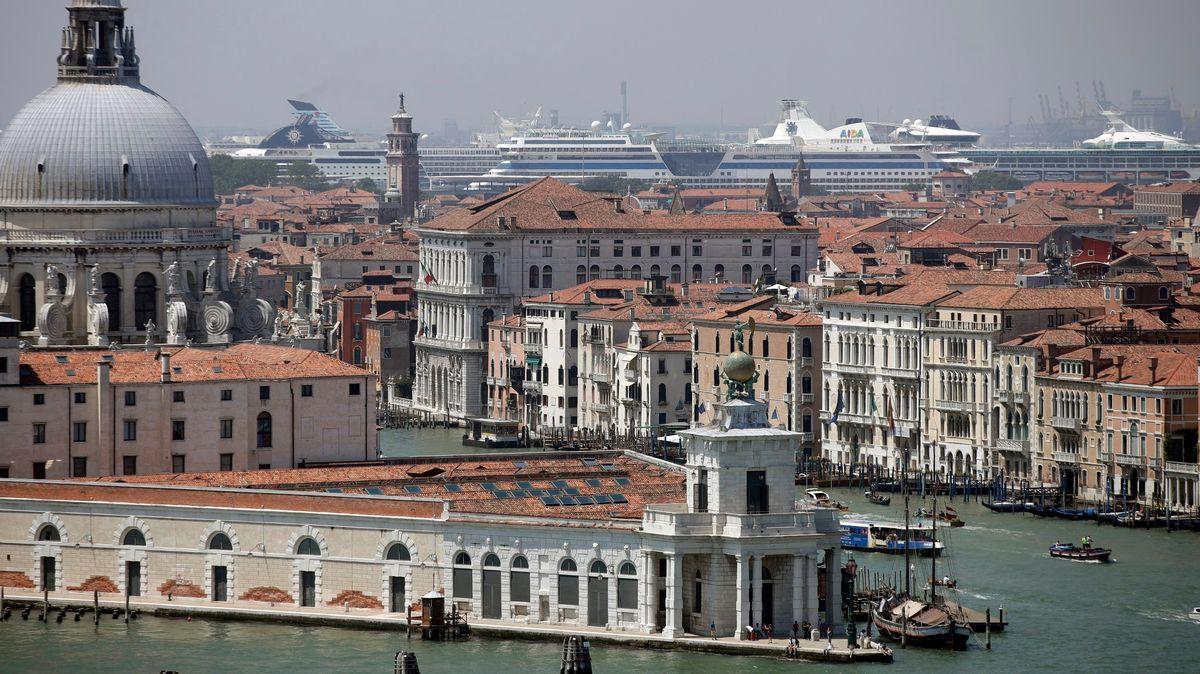 Kreuzfahrtschiffe liegen im Hafen von Venedig.