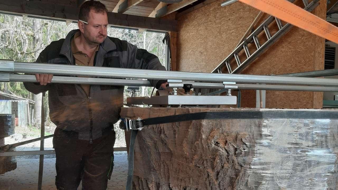 Für den Baumriesen hat sich Schreinermeister Stettmer eine extra Maschine bauen müssen.
