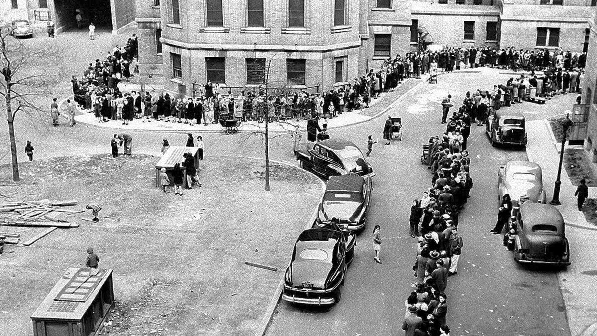Archivbild: Menschen stehen in New York Schlange für die Pockenimpfung