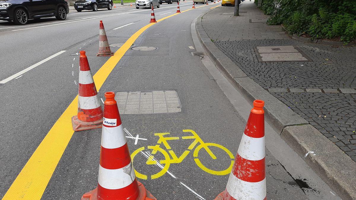Die gelbe Markierung für einen Pop-up-Radweg auf der Elisenstraße in München vor der Eröffnung - noch stehen Hütchen zur Absperrung auf dem Weg.