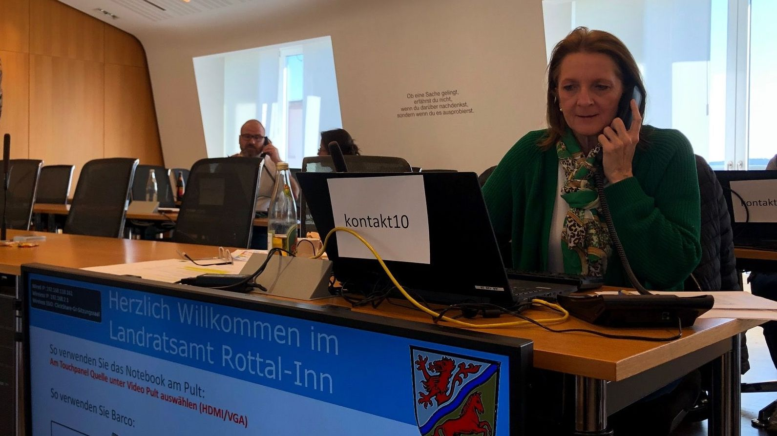Das Kontaktermittlungsteam im großen Sitzungssaal des Landratsamtes Rottal-Inn