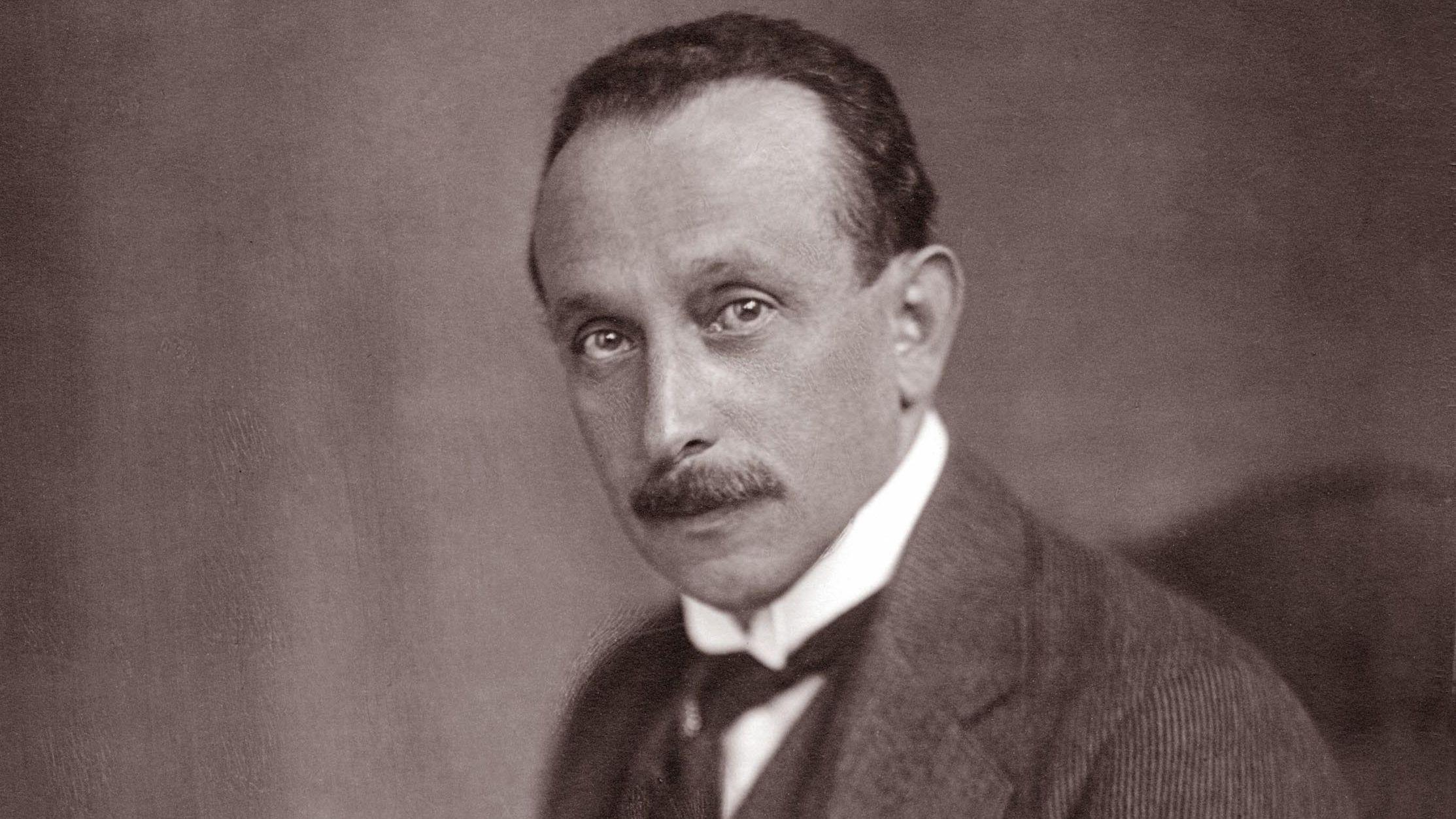 Eine schwarz-weiß Aufnahme des österreichisch-ungarischen Autors Felix Salten, der vor 150 Jahren geboren wurde.