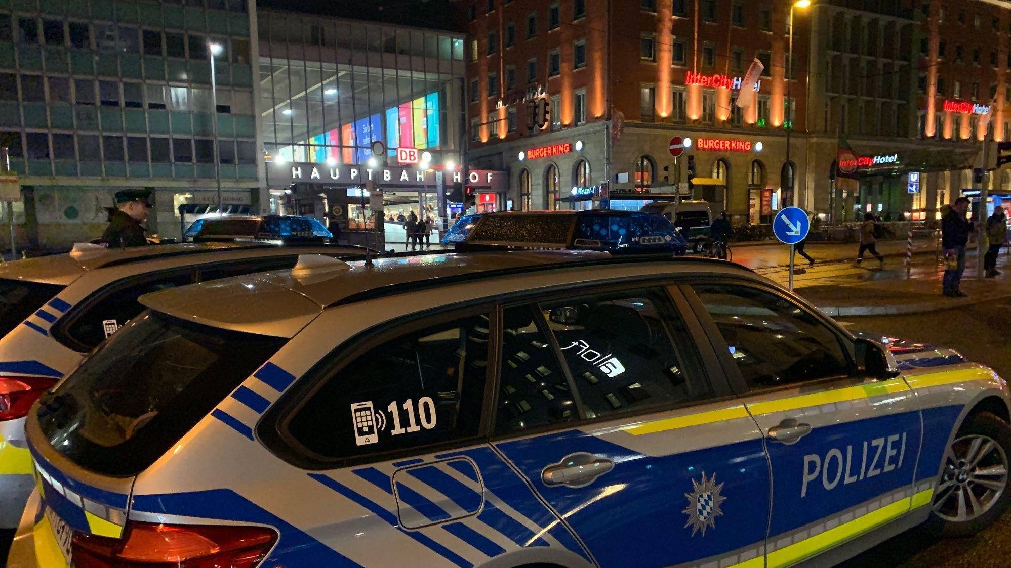 Großeinsatz von Polizei und Feuerwehr am Münchner Hauptbahnhof nach einem mutmaßlichen Unfall.