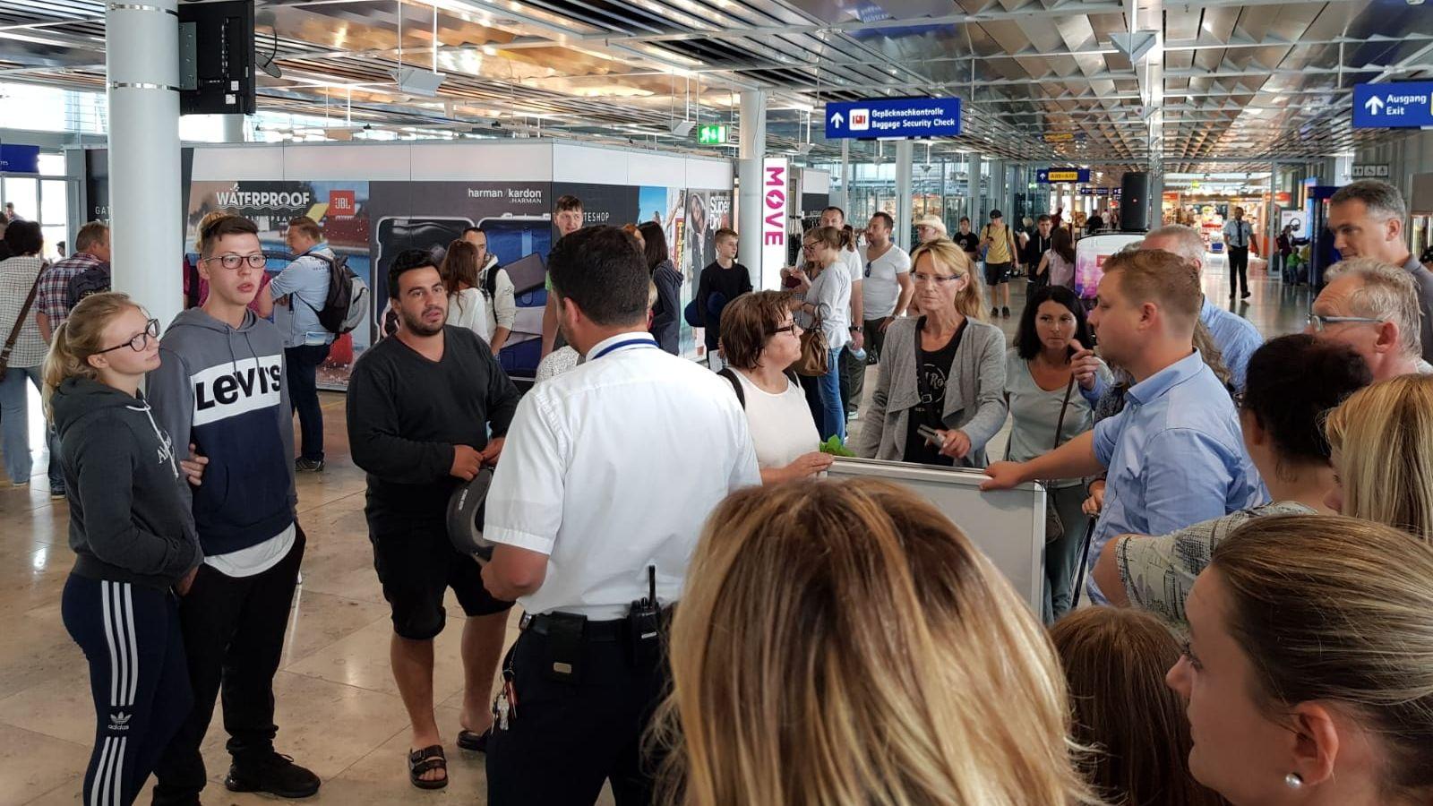 Ägypten-Urlauber warten am Nürnberger Flughafen auf neues Flugzeug