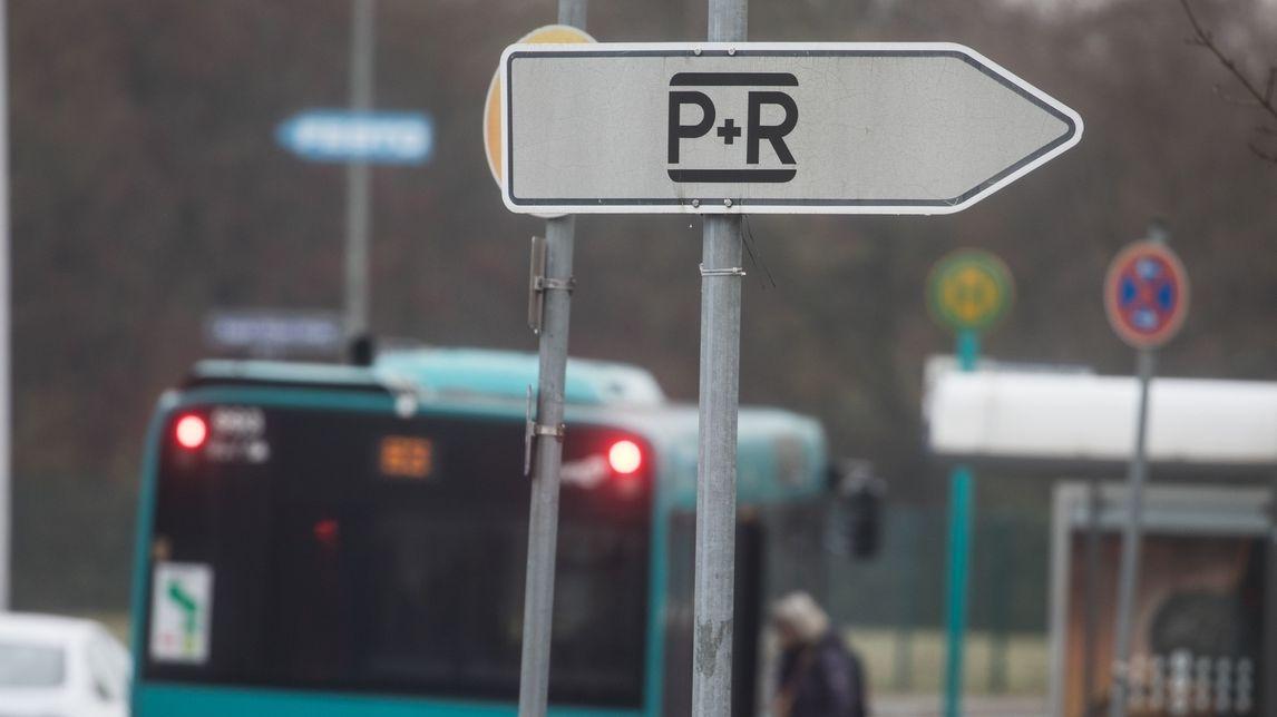 Ein Bus hinter einem Schild mit der Aufschrift P+R.