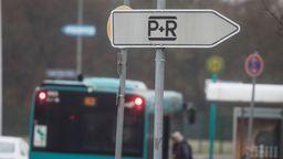 Ein Bus hinter einem Schild mit der Aufschrift P+R. | Bild:picture alliance/Frank Rumpenhorst