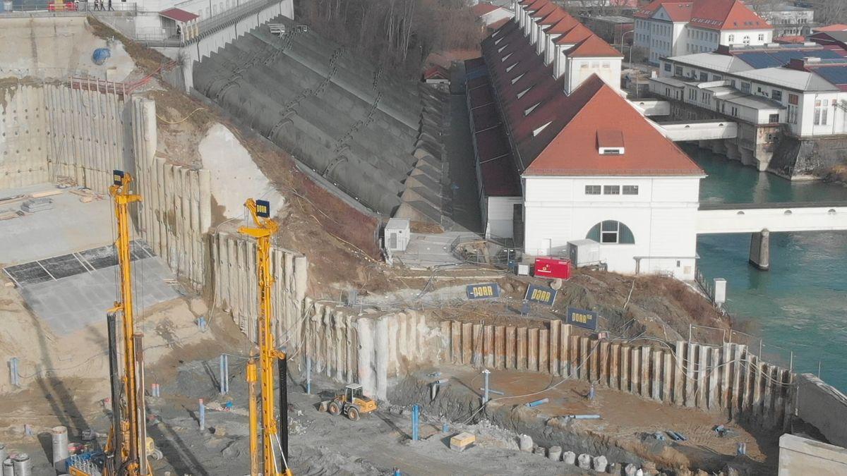 Die Baugrube des Kraftwerks neben dem alten Wasserschloss in Töging.