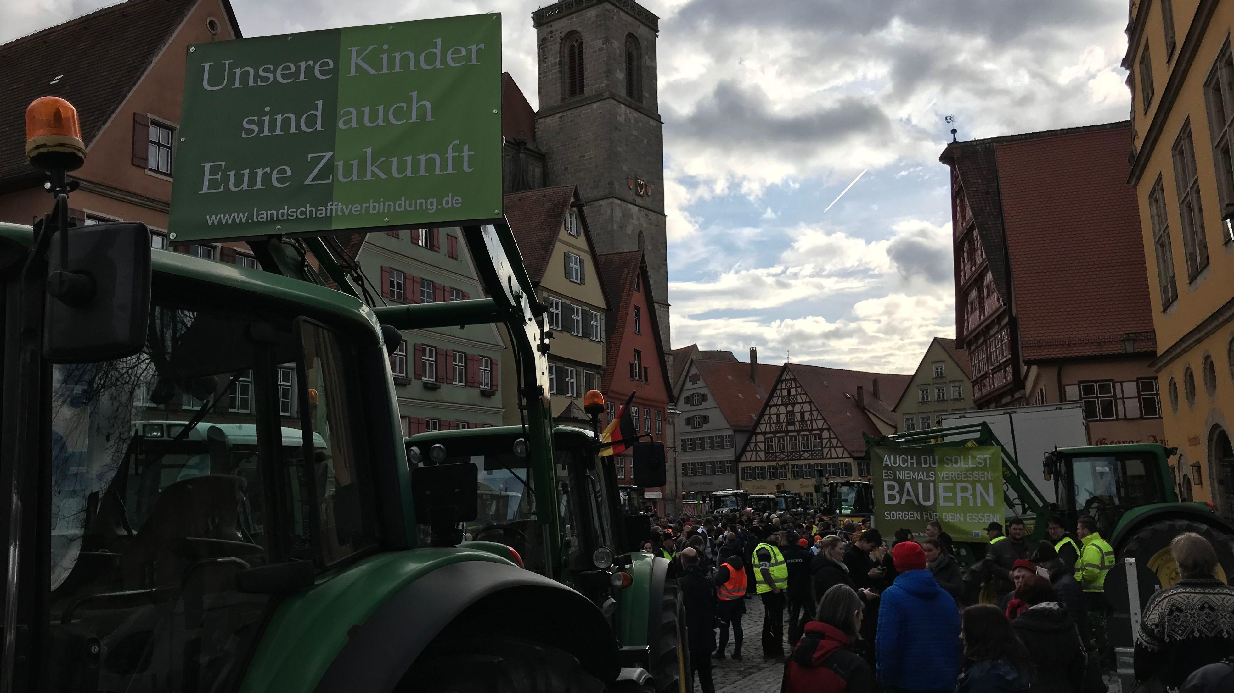 Demonstranten, Traktoren und Schilder auf öffentlichem Platz