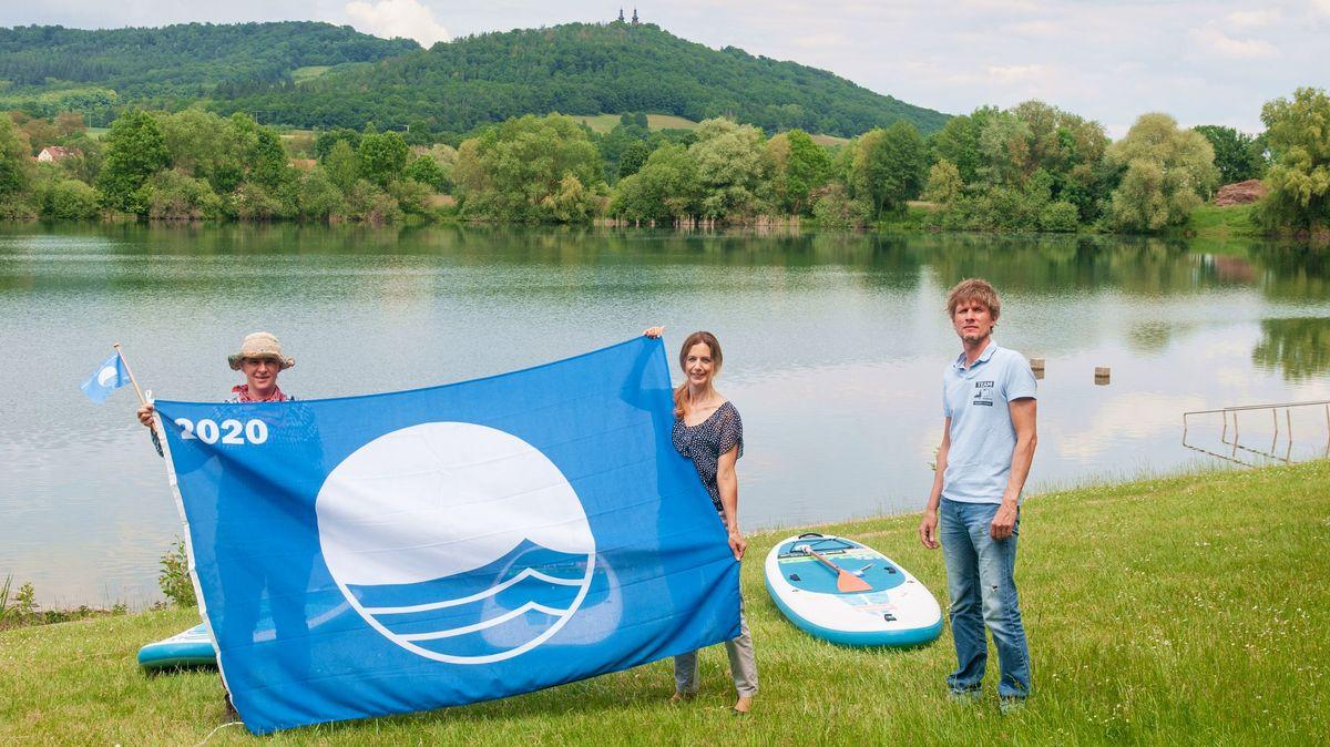 Die Blaue Flagge der Deutschen Gesellschaft für Umwelterziehung weht am Ostsee in Bad Staffelstein.