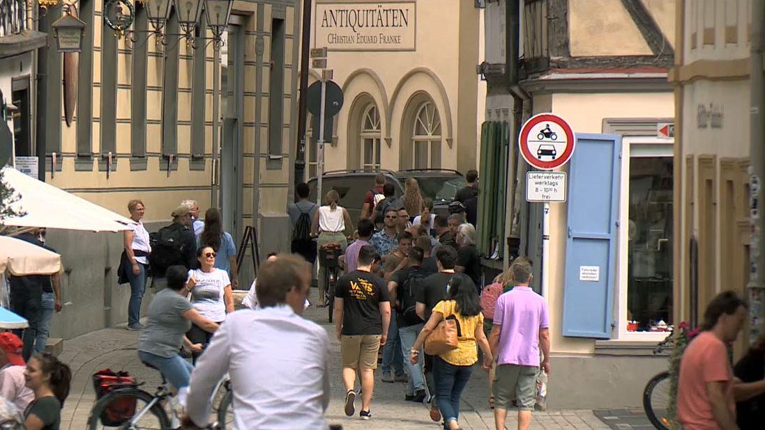 Menschen laufen durch die Bamberger Sandstraße