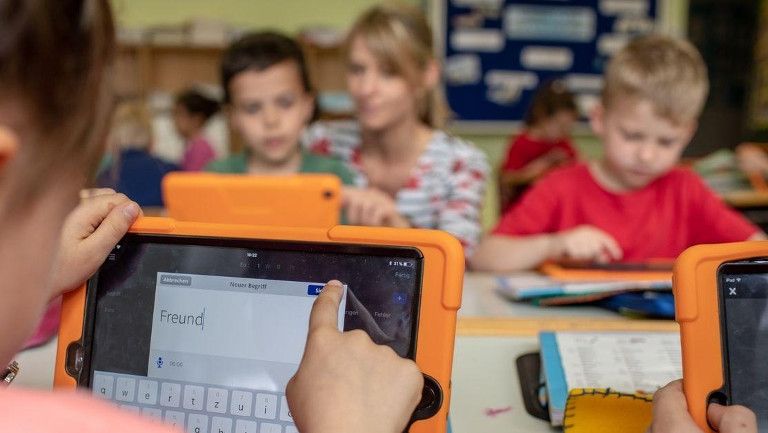 Kind lernt mit Tablet in der Schule.
