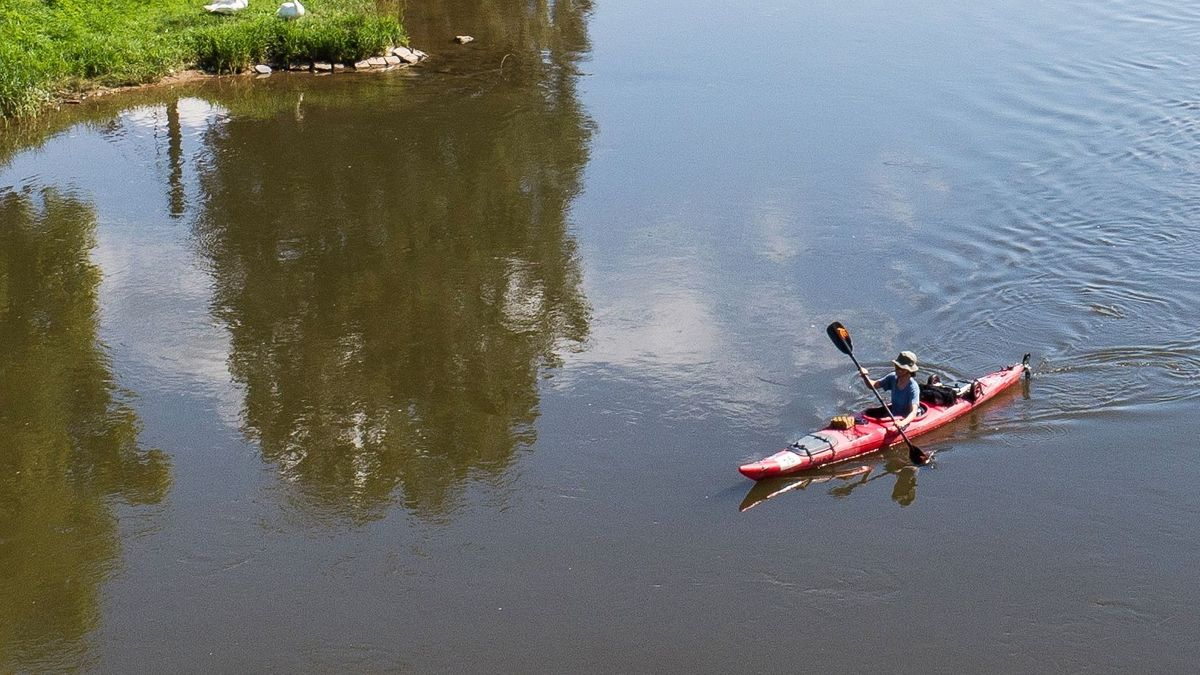 Ein Kanufahrer auf einem Fluss (Symbolbild)