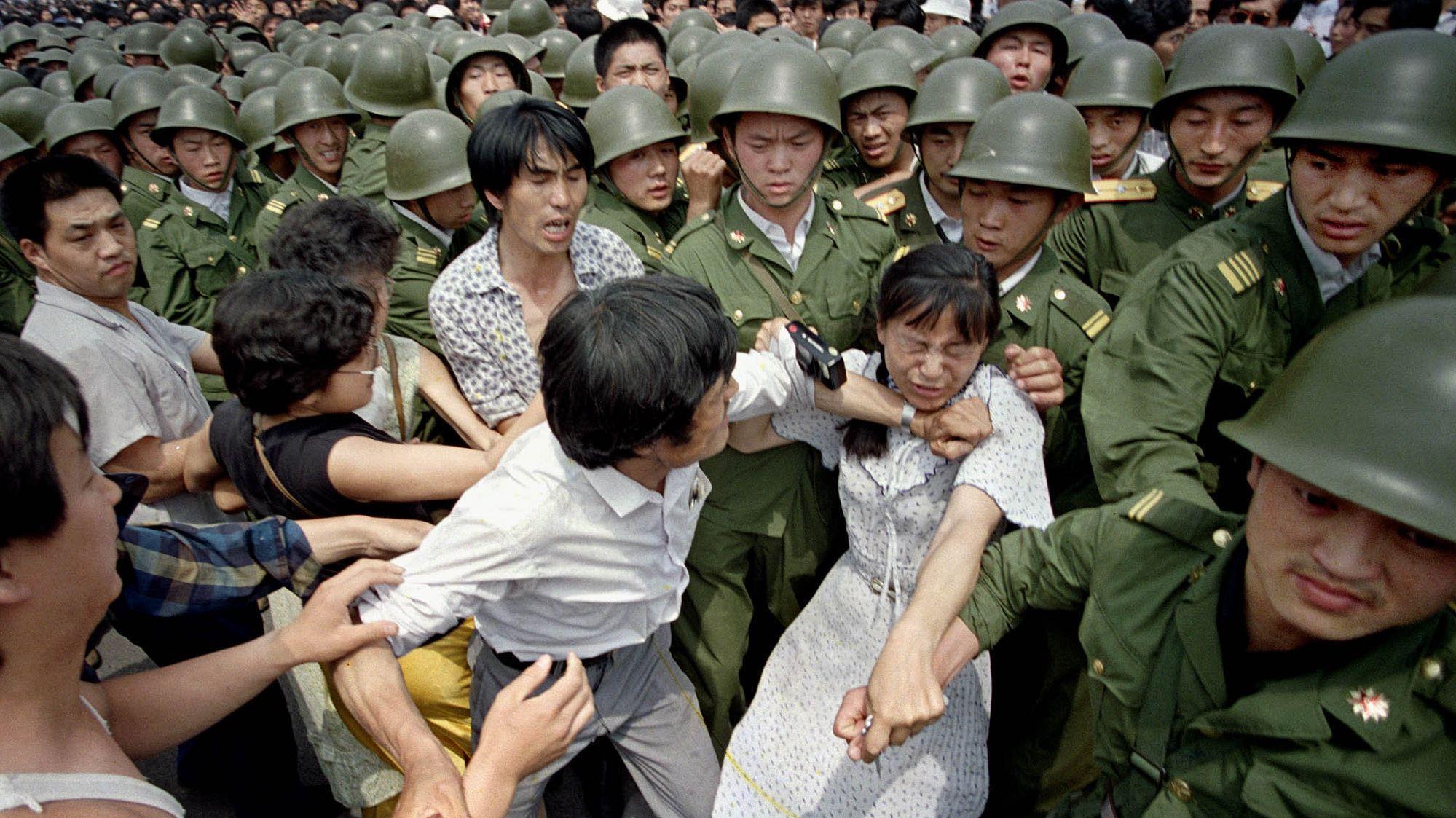Zivilisten treffen am Tag (3.6.1989) vor dem Massaker auf Soldaten am Tiananmen, dem Platz des Himmlischen Friedens.