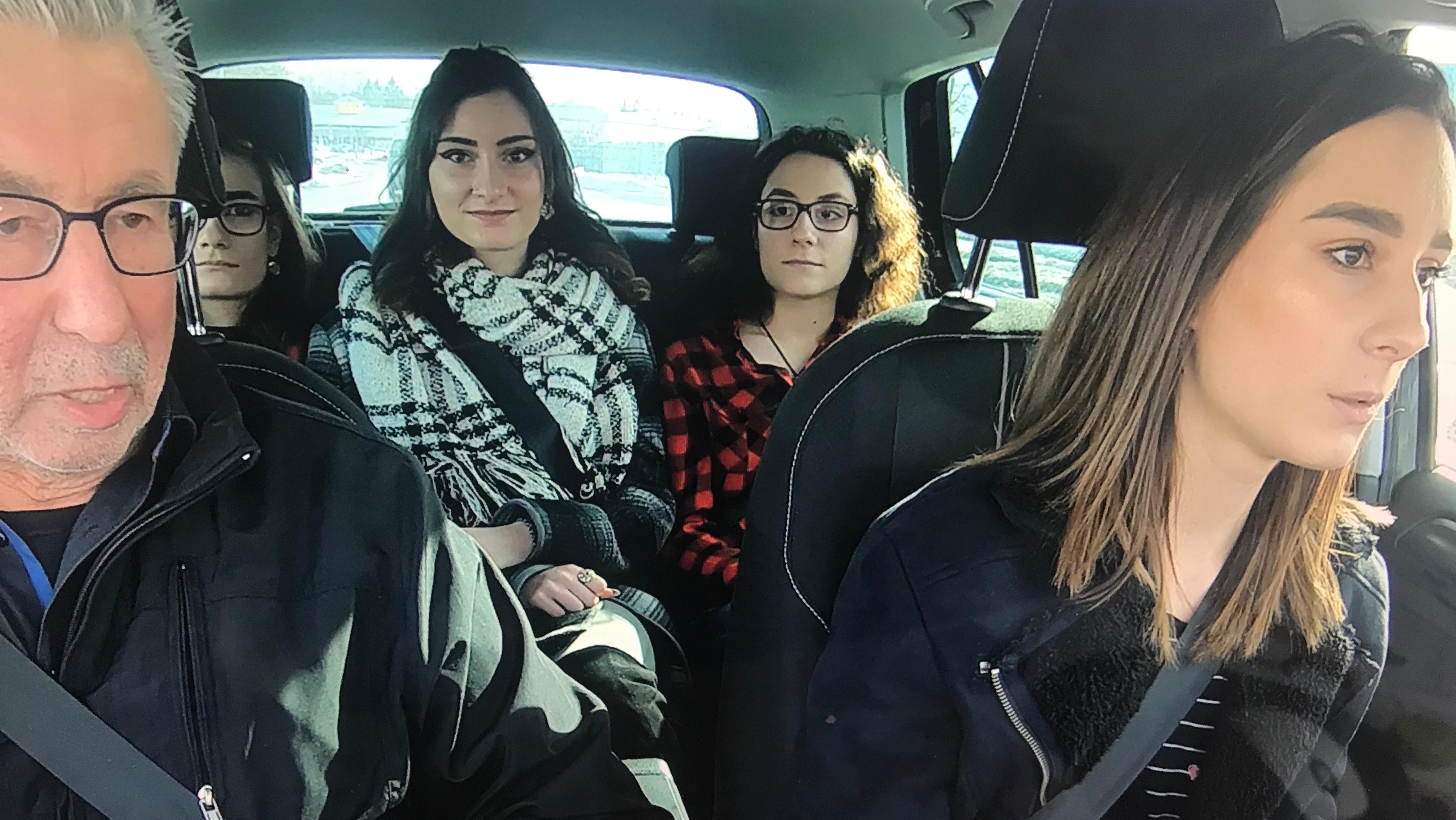 Die Vierlinge Ylleza, Kandita, Esmajle und Argjenta mit ihrem Fahrlehrer im Auto