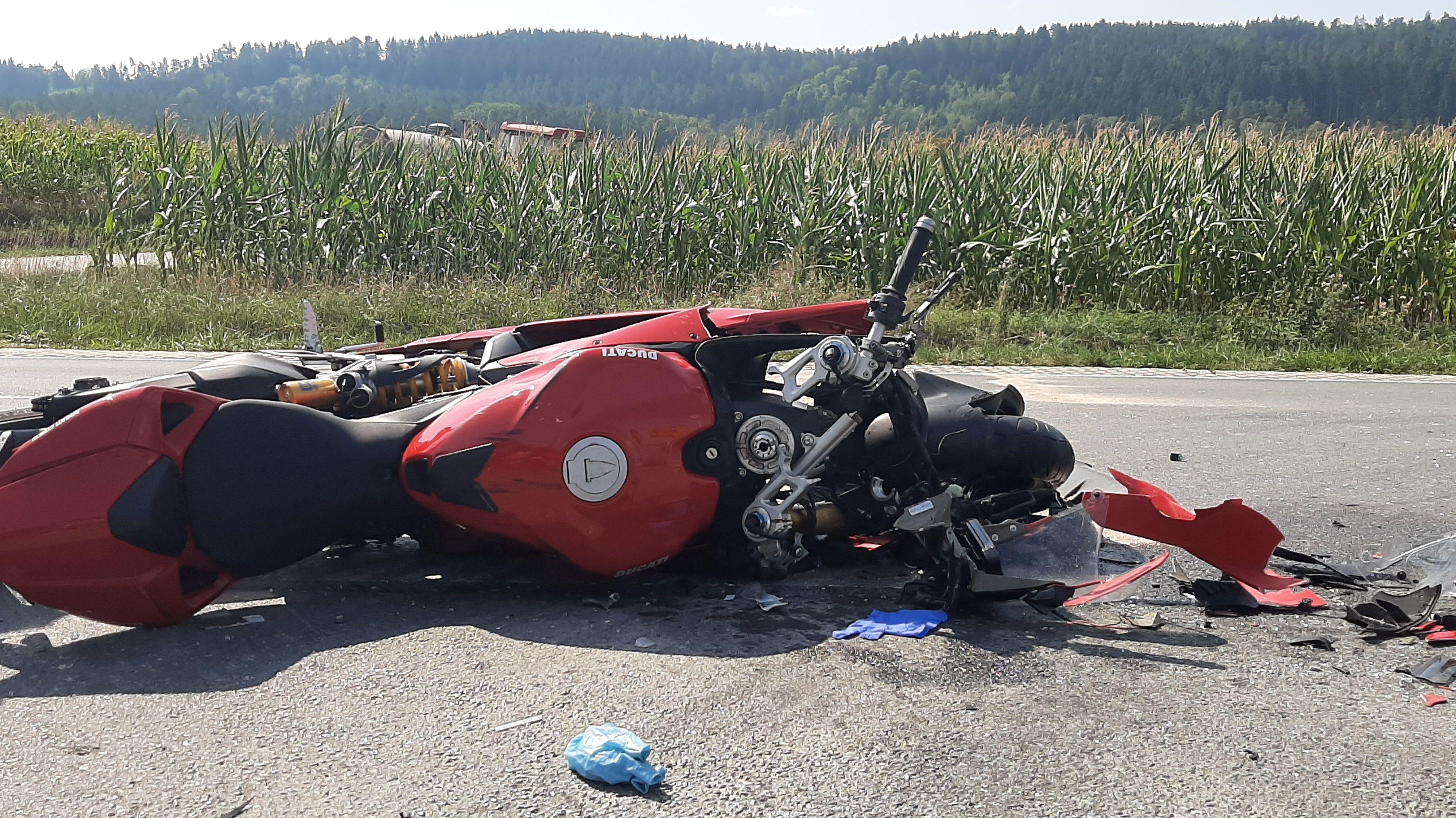 Motorrad liegt auf der Fahrbahn